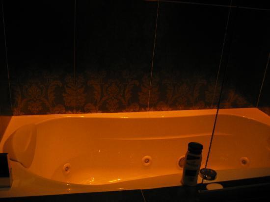 Hôtel Design Secret de Paris : Jacuzzi bath