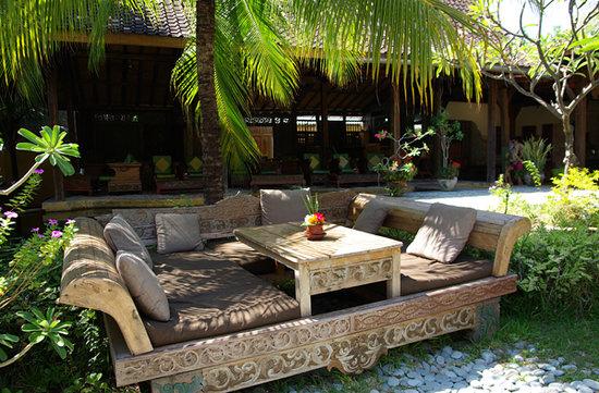 """Pondok Sari Beach Bungalow Resort & Spa : un des nombreux coins """"salon"""""""