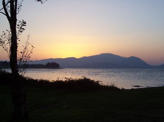 Ardno House: sunset at the loch