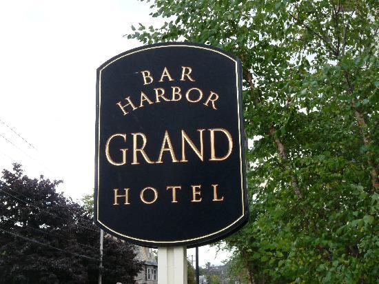 Bar Harbor Grand Hotel: Hotel Driveway