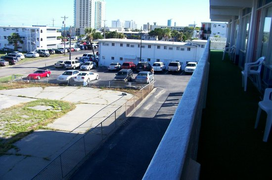 The Midtown Inn & Cottages: Parking area from balcony