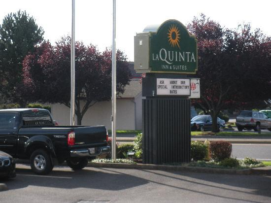 La Quinta Inn & Suites: sign