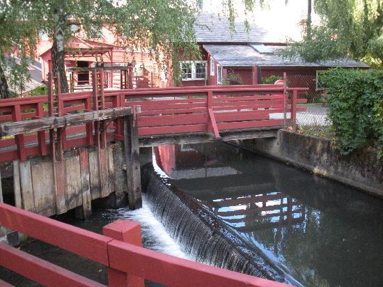 Willamette Heritage Center : outside mill bldg