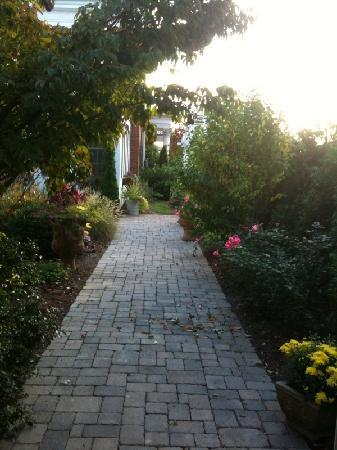 The Mount Vernon Inn: Walkway to main house from garden