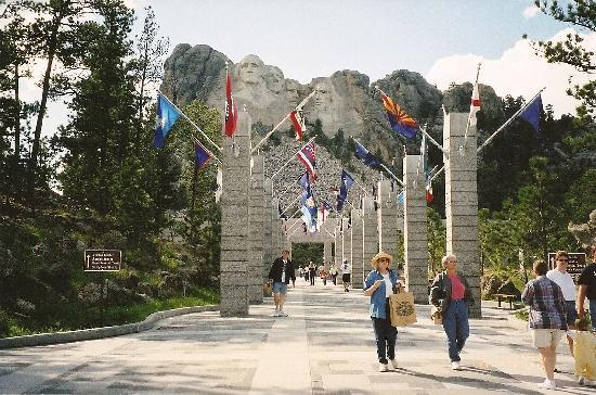 Mount Rushmore National Memorial: Walking towards Mt Rushmore