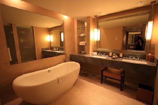 bath tub and dressing area in club room シンガポール マリーナ