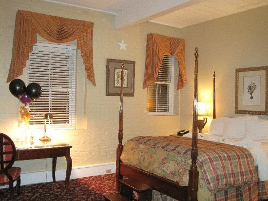 "Olde Harbour Inn - River Street Suites: ""Our Cozy Room"""