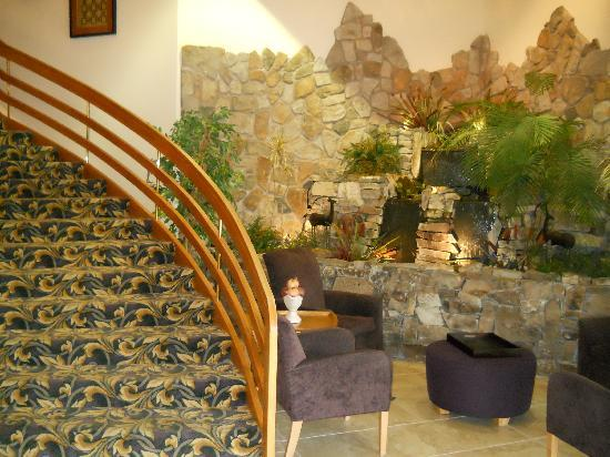 BEST WESTERN PLUS Mill Creek Inn: Lobby waterfall and circular stairs