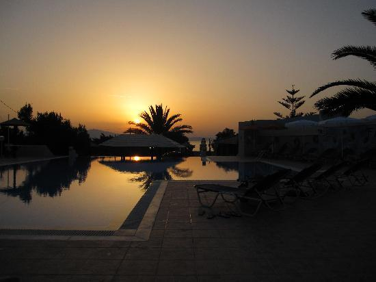 Faros Villa: Sunset by the pool