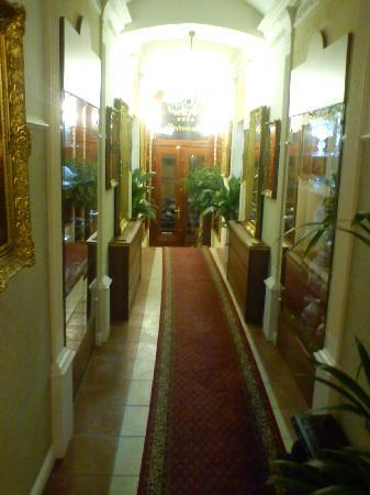 Hotel Donatello: entrance shock's with all mirrors in old style