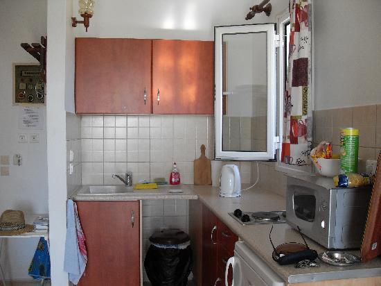 Nondas Apartments: Kitchen