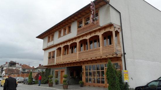 Gjakova, Kosovo: Outside view of hotel