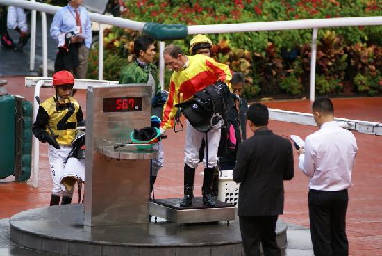 Singapore Turf Club : Reiter wird gewogen