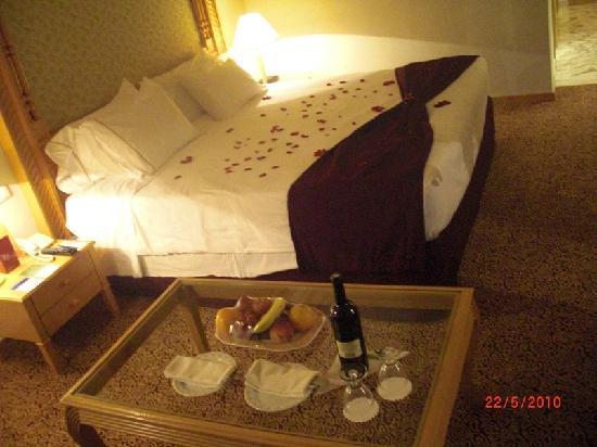 Sheraton Tunis Hotel: Unser Bett mit Rosenblättern