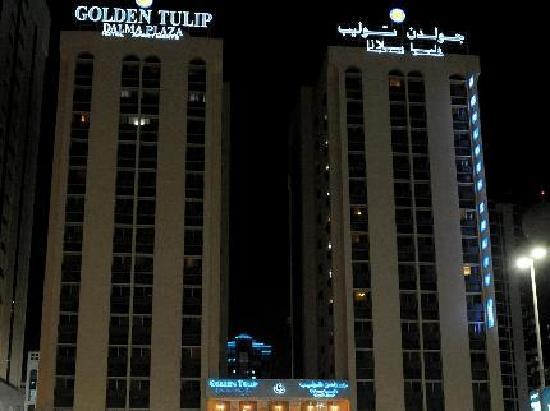 Golden Tulip Dalma Suites: Golden Tulip at night