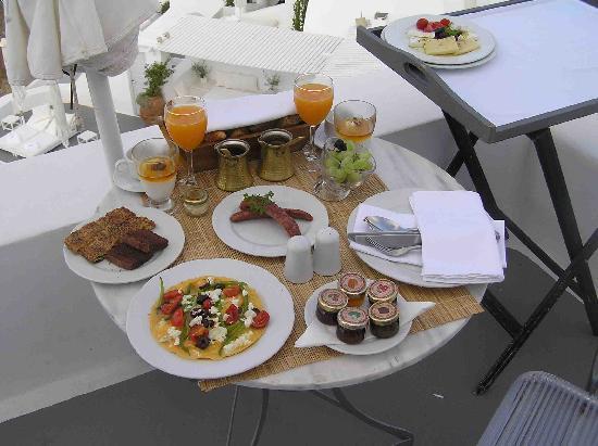 Katikies Hotel: Breakfast is served