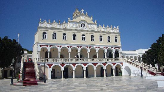 "Tinos, Grekland: The famous ""Panagia tis Tinou"" church at the port"