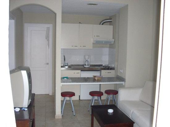 Apartamentos Guacimeta Lanzarote: kitchen area