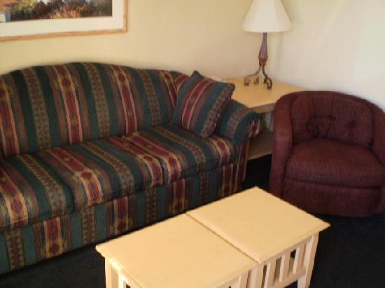 Weathervane Terrace Inn and Suites: Our suite sitting area