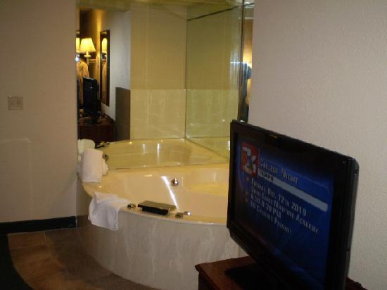 AmericInn Traverse City: The Jacuzzi. Sweet.