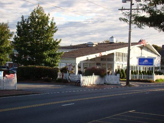 Americas Best Value Inn & Suites / Hyannis: front of motel