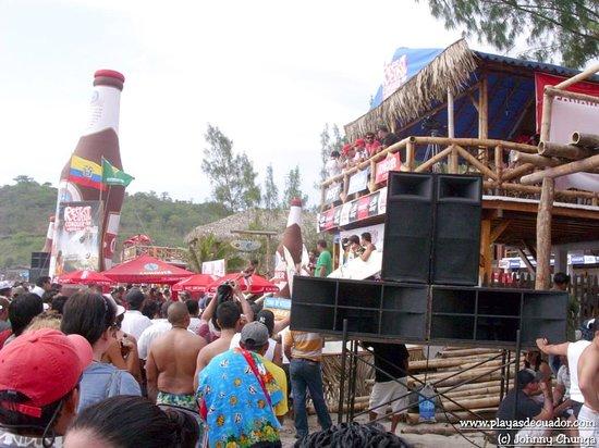 Montanita, Ecuador:                   amigos disfrutando