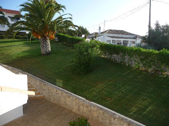 Parque Monte Verde Apartments: Who cuts that grass?