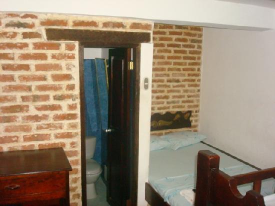 Hotel la Magdalena: Habitaciones multipes con TV, A.A. y Baño