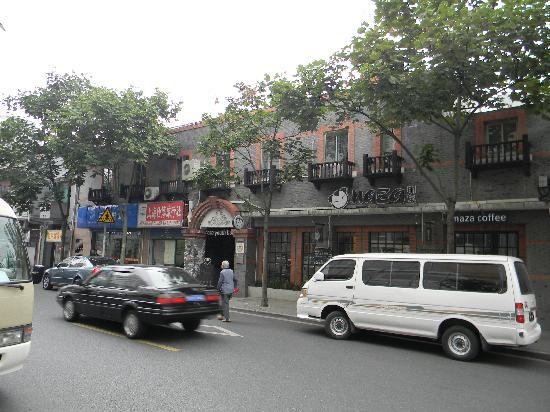 Naza International Youth Hostel : hotel as seen from the opposite side of the road