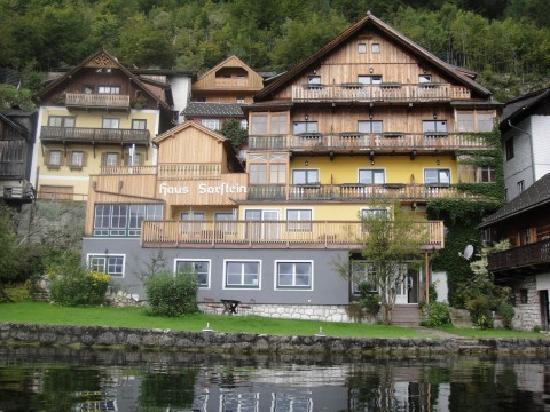 Pension Sarstein: A picture of the from on the hotel from the lake.