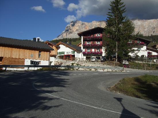 Hotel Rezia, sullo sfondo il Sas Dla Crusc