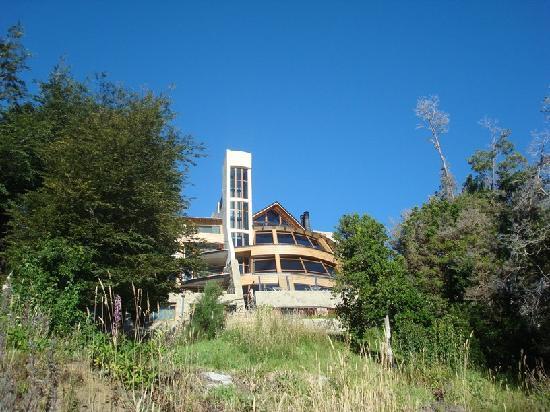 Sol Arrayan Hotel & Spa: El  hotel desde la playa del lago