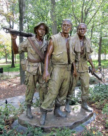 Washington DC, DC: Statue at Vietnam Veterans Memorial
