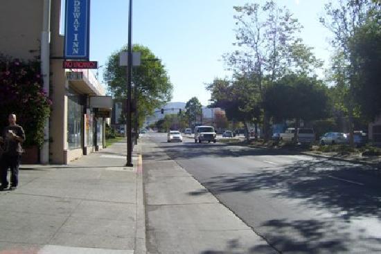 Berkeley Rodeway Inn: Entrada del hotel mirando a la UC