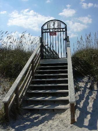 Seahorse Oceanfront Inn: Gate between the beach and the inn