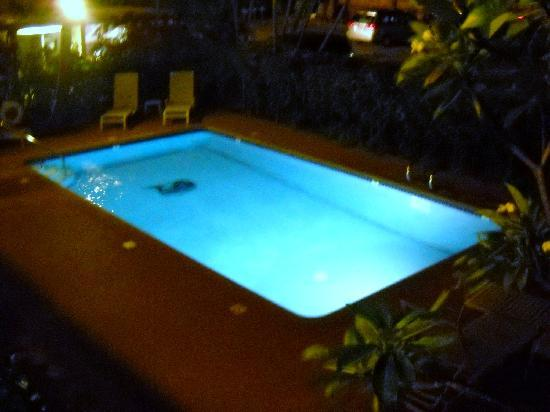 Makani Sands: the pool was simple but nice. no jacuzi though :(
