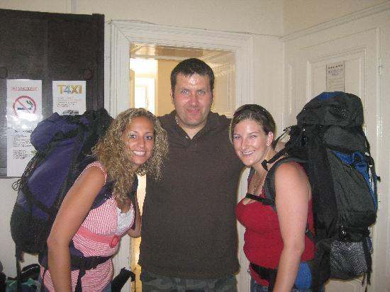 Leanback Hostel: us with the owner Sib
