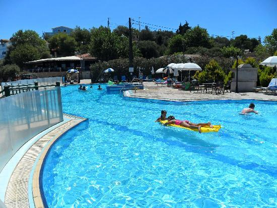 Planos Apart Hotel: swimming pool at beach