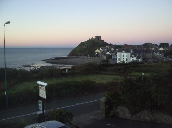 Plas Isa Hotel: from our room - dawn light on the castle