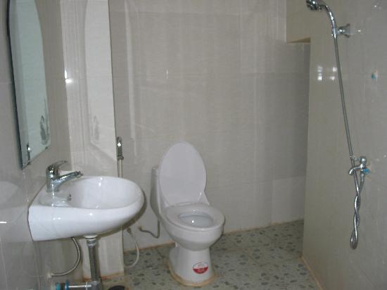 Number 10 Lodge Hotel : European Showers & Toilets