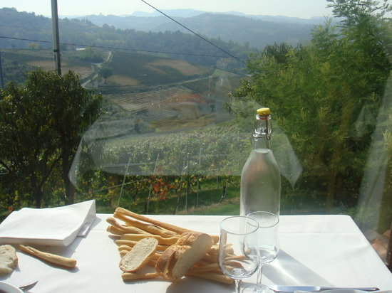 Diano d'Alba, İtalya: Table with a superb view!!