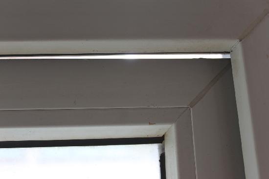 Motel 168 (Shanghai Aomen Road): Gap in Window