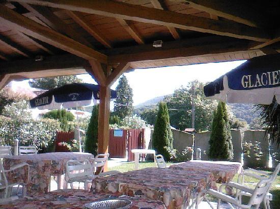 Hotel Restaurant Txistulari : La piscine est derriere