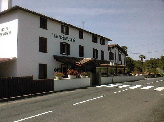 Hotel Restaurant Txistulari : autre vue de la façade, route peu passagère, parking en face
