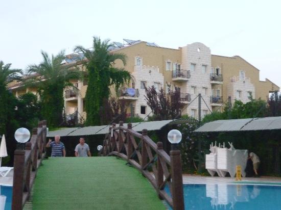 Aydinbey Famous Resort: La piscine et sont pont