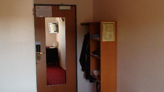 Le Roi Soleil - Strasbourg Mundolsheim: chambre côté porte d'entrée
