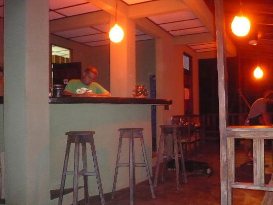 Gumbo Limbo Villas: dinner at the bar