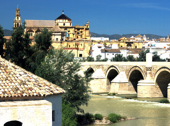 Cordoba, Spania: View from across the River