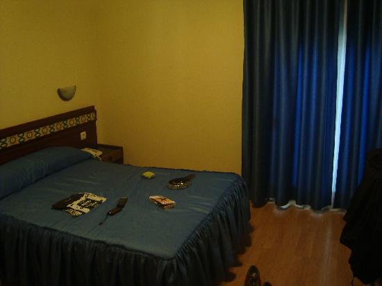 Hostal Felipe V : habitacion con cama de matrimonio