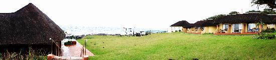Kob Inn Beach Resort: Panorama: Meerblick-Zimmer, Pool und Bar